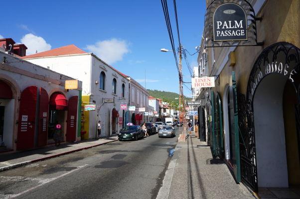 Ulica Dronningens Gade v Charlotte Amalie na ostrove Svätý Tomáš je plná luxusných obchodov skrytých v starých koloniálnych budovách
