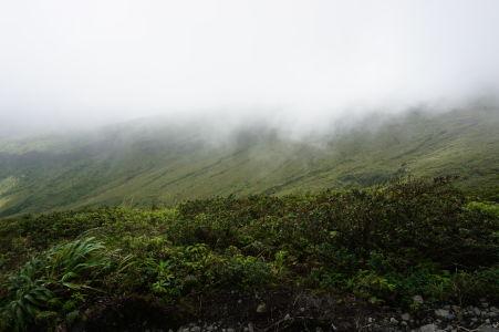 Tesne pod oblakmi zahaľujúcimi La Soufrière