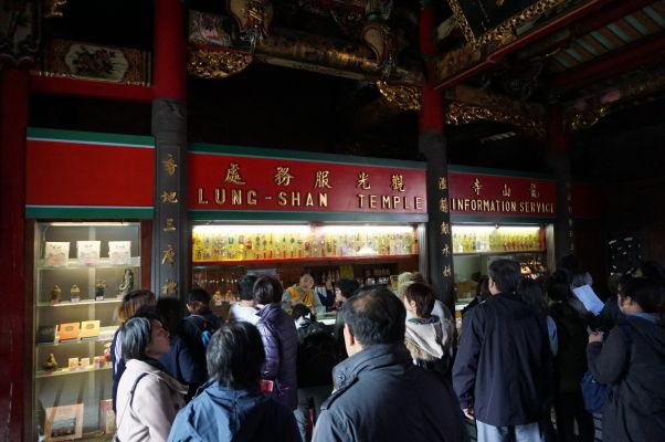V chráme Longšan v Tchaj-peji nechýba ani informačné centrum