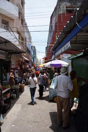 Na trhy chodia nakupovat aj miestni obyvatelia