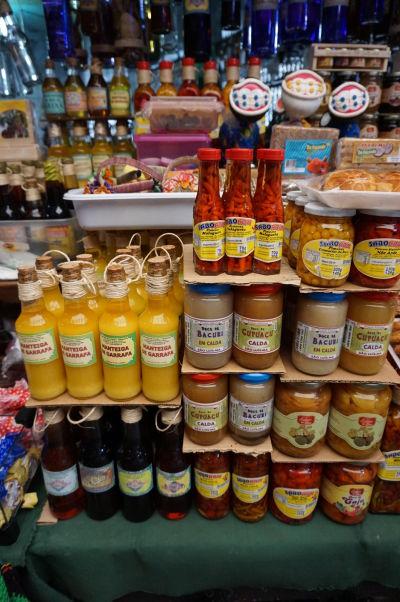 Korenia a prísady na predaj v historickej mestskej tržnici v São Luís