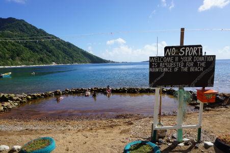 Bubble Spa Beach - jazierko s horúcou vodou vyvierajúcou spod mora a ceduľa zakazujúca šport (asi)