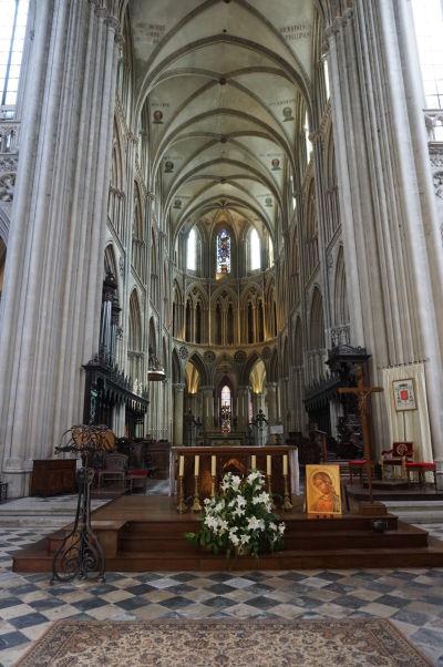 Hlavná loď pri pohľade z presbytéria Katedrály Matky Božej v Bayeux