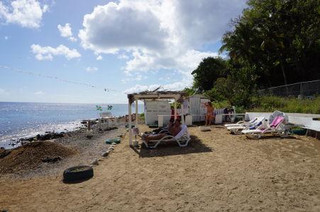 Bubble Spa Beach - k dispozícii sú i ležadlá a prezliekárne, aj keď trochu sparťanské