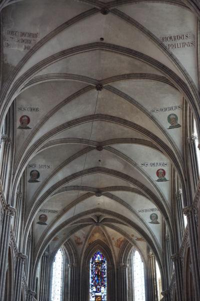 Podobizne svätcov na strope Katedrály Matky Božej v Bayeux - úplne vzadu vľavo sv. Exuperius, ktorý priniesol kresťanstvo do Bayeux