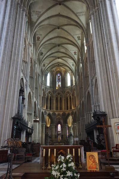 Pohľad na hlavný oltár a presbytérium Katedrály Matky Božej v Bayeux