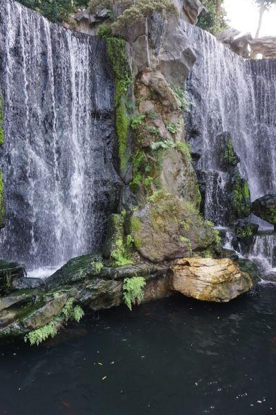 V chráme Longšan v Tchaj-peji nechýbajú ani vodopády