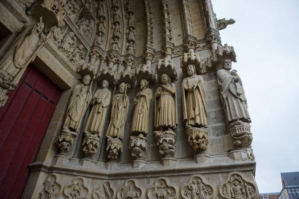 Sochy svätcov a biskupov na fasáde Katedrály Matky Božej v Amiens