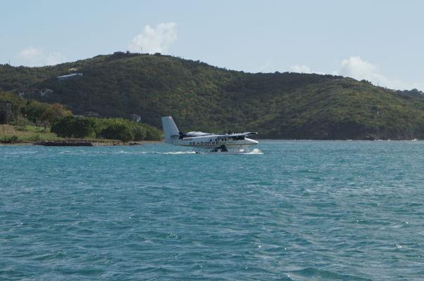 Hydroplán odlietajúci z Charlotte Amalie - ide o často využívaný dopravný prostriedok na Amerických Panenských ostrovoch