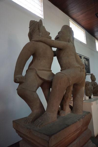 Zápasiace opice - socha z 10. storočia (teda stará viac ako tisícročie) z Angkoru - Národné múzeum v Phnom Penhu