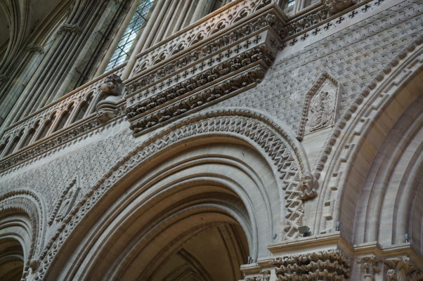 Normansko-románska architektúra a dekorácie v spodnej časti Katedrály Matky Božej v Bayeux