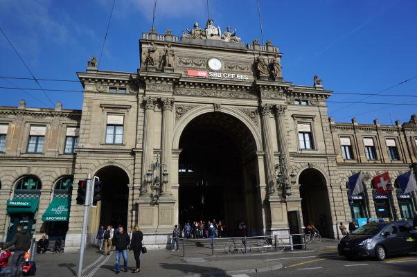 Hlavná železničná stanica v Zürichu, od ktorej vedie prestížna Bahnhofstrasse (Železničná ulica)