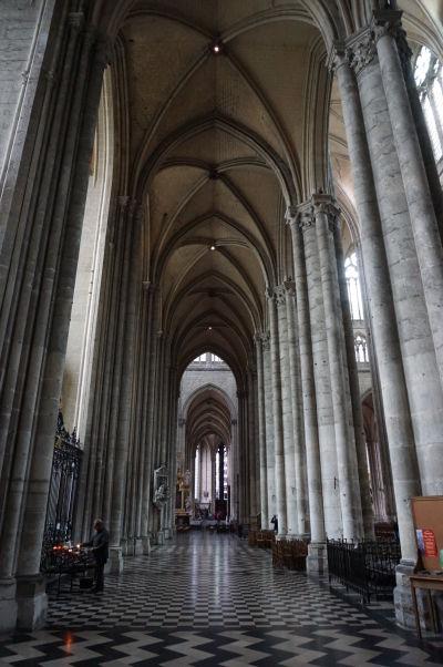 Štíhle piliere bočnej lode Katedrály Matky Božej v Amiens