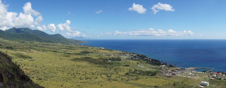 Výhľad z pevnosti na ostrov Svätý Krištof a Karibské more, v diaľke vidieť aj ostrov Nevis