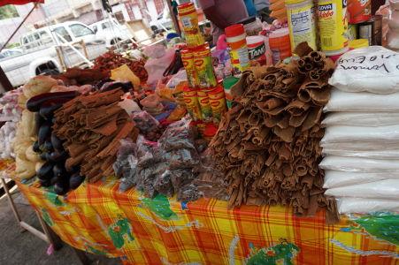 Tržnica vo Fort-de-France - Škorica a iné korenie