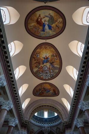 Krásne zdobený strop baziliky