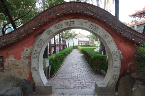 Typická čínska brána oddeľujúca dvor vo veži Chihkan v Tchaj-nane, bývalej holandskej pevnosti Fort Provintia