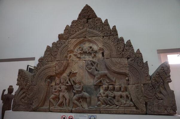 Reliéf z 10. storočia zobrazujúci zápas Bhimu a Duryodhanu - Národné múzeum v Phnom Penhu