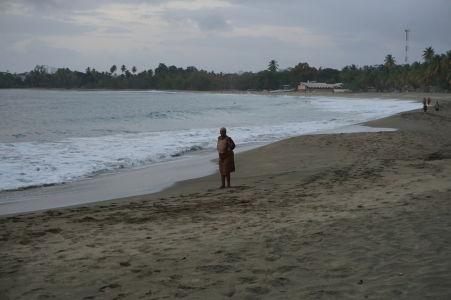 Pláž v zálive Stonehaven Bay pri západe Slnka - Zátišie s domorodkyňou