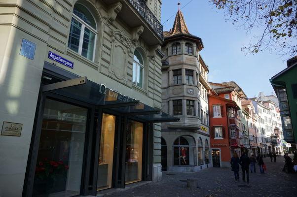 Jedna z bočných uličiek vedúcich k ulici Bahnhofstrasse v Zürichu