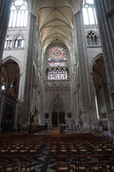 Krížna loď s menším rozetovým oknom Katedrály Matky Božej v Amiens