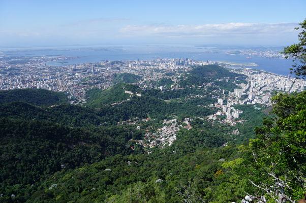 Výhľad spod sochy Krista Vykupiteľa na vrchole Corcovada v Riu de Janeiro - pohľad na historické centrum mesta
