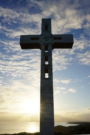 Západ Slnka a kríž označujúci navýchodnejší bod Guadeloupe