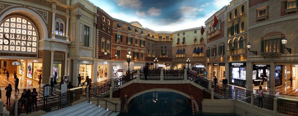 V hoteli Venetian v Macau sa nachádza okrem kasína aj superluxusný obchodný dom - jedna časť je dizajnovaná tak, aby naozaj vyzerala ako Benátky - vkus alebo gýč?