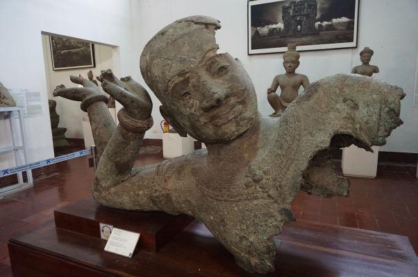 Ležiaci Višnu - socha z Angkoru z 11. storočia - Národné múzeum v Phnom Penhu