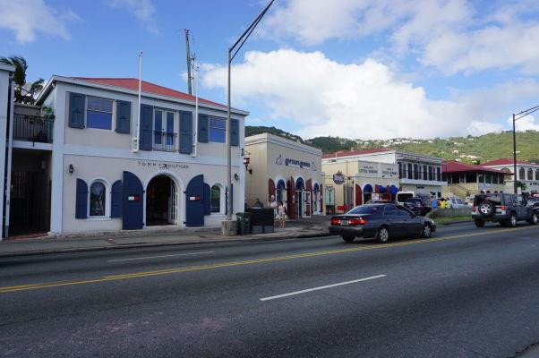 Pobrežná promenáda v Charlotte Amalie na ostrove Svätý Tomáš je taktiež lemovaná množstvom obchodov čakajúcich na turistov