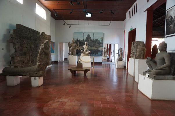Väčšina artefaktov a sôch v Národnom múzeu v Phnom Penhu pochádza zo slávneho Angkoru