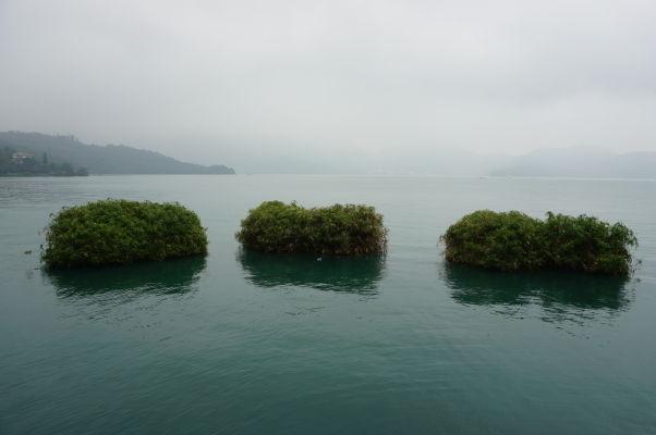 Jazero Slnka a Mesiaca (Sun Moon Lake) na Taiwane - rafty so zeminou a rastlinami slúžia ako zázemie pre rozmnožovanie rýb i tlmenie vĺn