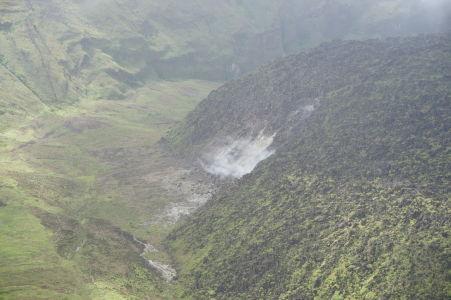 Vnútro krátera sopky La Soufrière na Svätom Vincentovi - Detaily otvoru, z ktorého vychádzajú horúce výpary na povrch