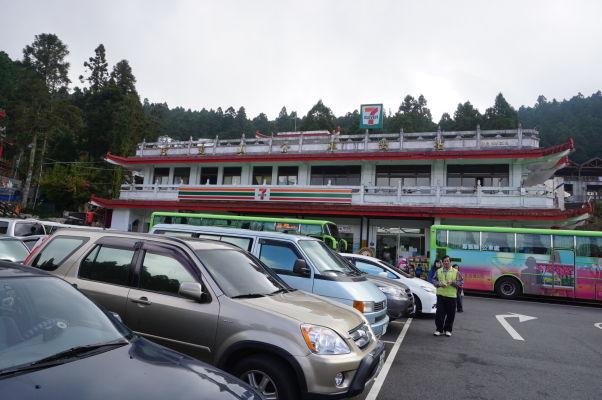 Obchod 7Eleven v Ališane so stanoviskom autobusov a parkoviskom