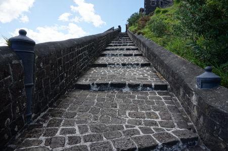 Schodisko vedúce k Fort George, v zábradlí sú zapustené kanóny