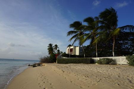 Skrachovaný rezort na pláži Paradise Beach na Barbadose