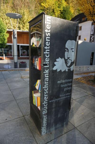 """Verejná samoobslužná """"knižnica"""" vo Vaduze... ako dlho by vydržala u nás?"""