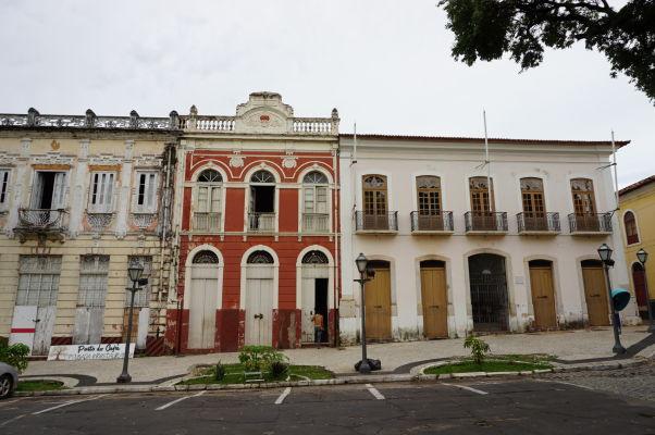 Námestie Avenida Dom Pedro II sa pýši niekoľkými koloniálnymi budovami