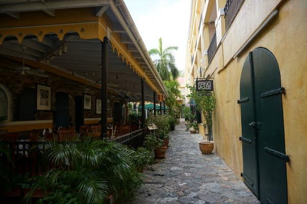 Jedna z nákupných pasáží v Charlotte Amalie na ostrove Svätý Tomáš
