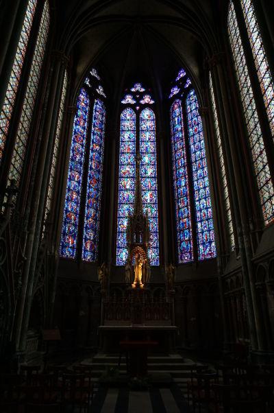 Vitrážové okná za hlavným oltárom Katedrály Matky Božej v Amiens