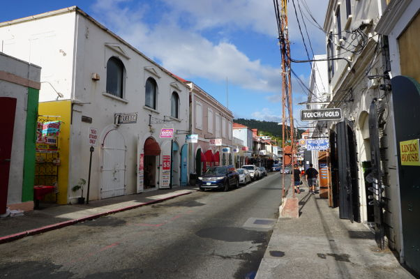 Niektoré uličky Charlotte Amalie nemusia vyzerať lákavo, stále však môžu skrývať obchody so šperkami a iným luxusným tovarom