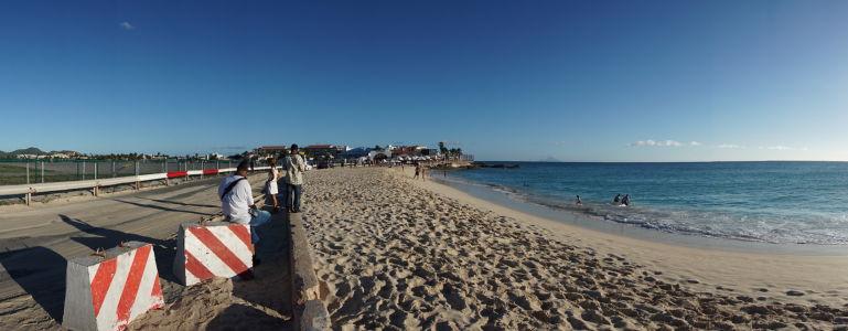 Pláž Maho na ostrove Svätý Martin, najznámejšia pláž v Karibiku vďaka letisku, ktoré za ňou končí