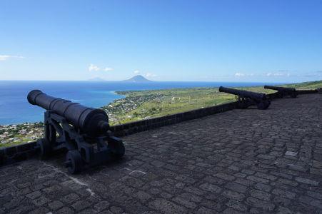 Delá rozmiestnené okolo citadely - vzadu vidieť ostrovy Sv. Eustach (bližší) a Saba