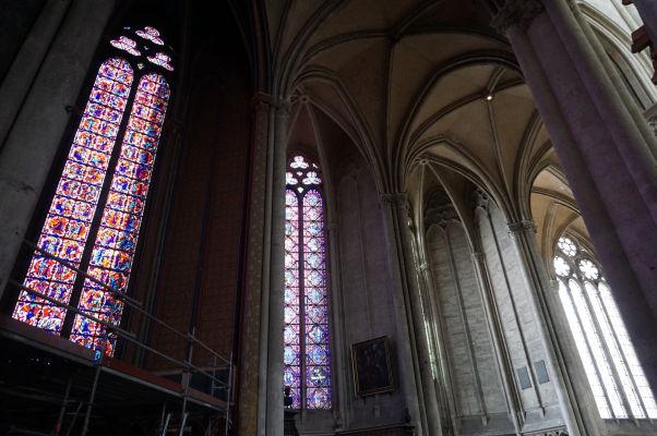 Vitrážové okná a gotické piliere a oblúky Katedrály Matky Božej v Amiens