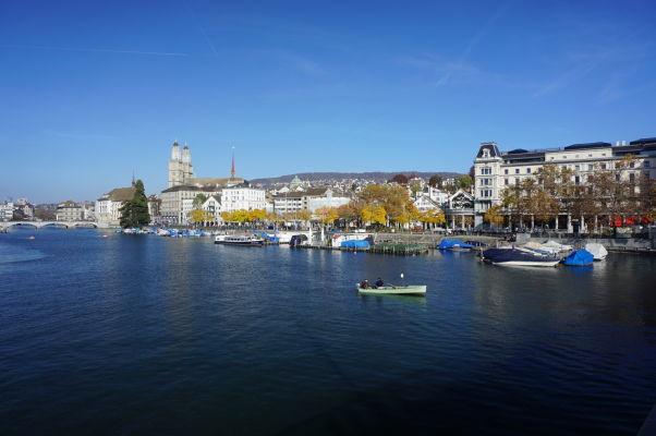 Nábrežie rieky Limmat z mosta Quaibrücke v Zürichu