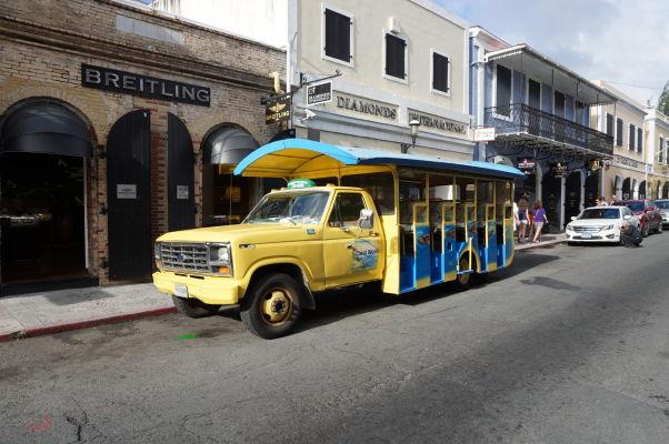 Tzv. safari bus, typický dopravný prostriedok na ostrove Svätý Tomáš