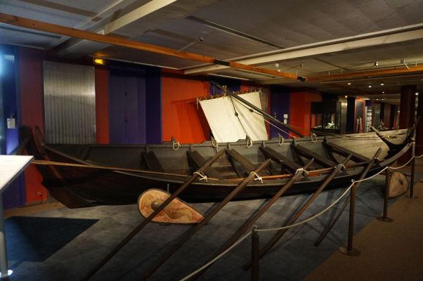 Kópia vikingskej lode v Múzeu Tapisérie z Bayeux