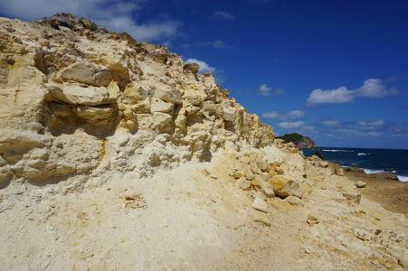 Záliv Halfmoon Bay na Antigue - na konci zálivu sa nachádzajú zaujímave skalnaté útvary, také miniútesy