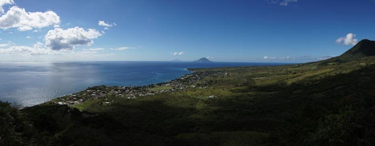 Pobrežie Sv. Krištofa, Karibské more a v pozadí ostrovy Sv. Eustach a Saba