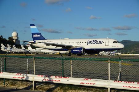 Lietadlo americkej nízkonákladovej spoločnosti jetBlue sa pripravuje na štart